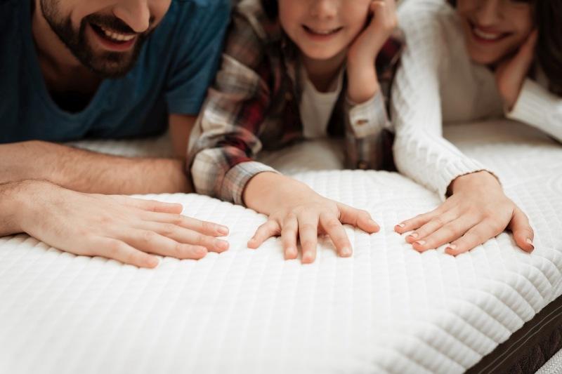 Materac nawierzchniowy – niezastąpione rozwiązanie dla osób śpiących na źle dobranym materacu