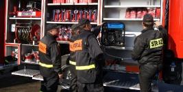 BEZMIECHOWA: Wóz strażacki wypadł z zakrętu i wylądował w rowie. Poszkodowany jeden ze strażaków