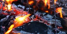AKTUALIZACJA: Mężczyzna zginął w pożarze drewnianego domu. Akcja ratowniczo-gaśnicza trwała ponad 5 godzin