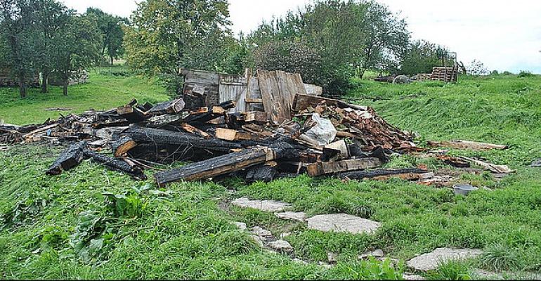 Płonące ściernisko przyczyną pożaru drewnianego budynku