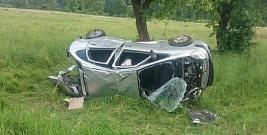Groźnie w Postołowie. Nieostrożne wyprzedzanie i rozbity samochód w rowie (ZDJĘCIE)