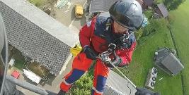 BIESZCZADY: Lekarz i ratownik desantowali się ze śmigłowca, by dotrzeć do chorego. To pierwszy taki przypadek w historii LPR i GB GOPR (ZDJĘCIA)