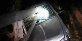 Fiat wbił się w most, belki roztrzaskały szybę.Niebezpiecznie w Łukawicy (ZDJĘCIE)