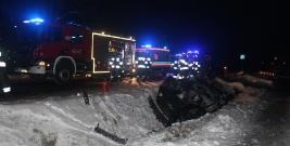 OLSZANICA: Samochód wypadł z drogi i dachował. Dwie osoby trafiły do szpitala (ZDJĘCIA)
