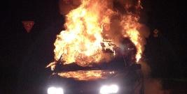 LESKO: Samochód wylądował w rowie i stanął w płomieniach. Kierowca z pasażerami uciekli z miejsca zdarzenia
