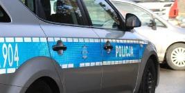 Policjanci interweniowali, bo zakłócano spokój wczasowiczów. Jeden funkcjonariusz z obrażeniami głowy wylądował w szpitalu