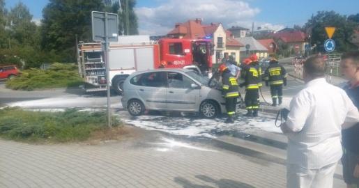 LESKO24.PL Z OSTATNIEJ CHWILI: Płonący samochód na rondzie (ZDJĘCIA)