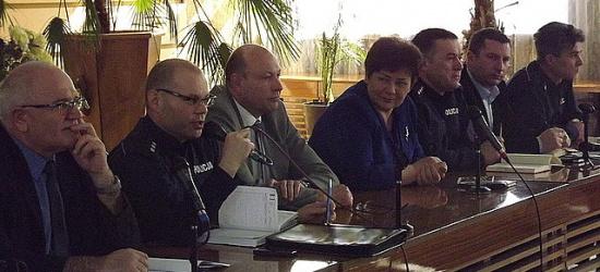 O pseudokibicach i bezpieczeństwie na drodze rozmawiali policjanci podczas debaty z leską młodzieżą (ZDJĘCIA)
