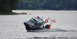 Tonący jacht na środku Jeziora Solińskiego. Żaden z rozbitków nie miał kamizelki ratunkowej