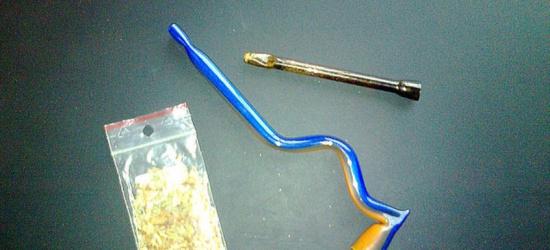 Palili marihuanę na schodach liceum