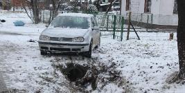 """BILANS PORANKA: Samochody w rowie, śliskie drogi i korki na """"krajówkach"""""""