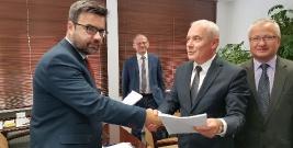 ZSTiA zrealizuje kolejny projekt. Powiat podpisał umowę z Wojewódzkim Urzędem Pracy (ZDJĘCIE)